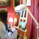 Angelique redonne de l'éclat à la peinture.